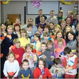 Танец маленьких утят танцевали и дети, и сотрудники детского дома